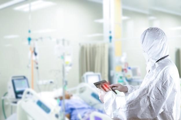 Врач поставил средства индивидуальной защиты от вируса, лечение пациента, воспаление легких Premium Фотографии