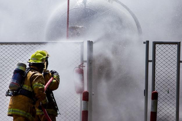消防士が火を制御しています Premium写真