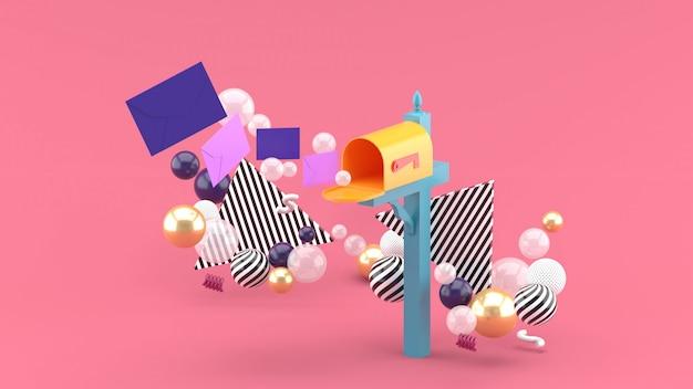 Плавающее письмо из почтового ящика в окружении разноцветных шариков на розовом. 3d-рендеринг. Premium Фотографии
