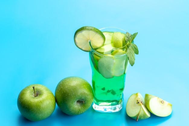 正面から見たアップルカクテルフレッシュで涼しく、新鮮なリンゴとレモンスライスが青くてフレッシュなドリンクフルーツジュースに 無料写真