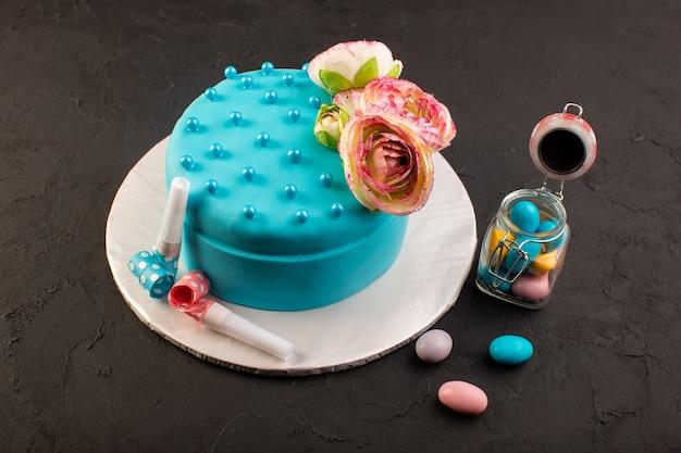 上に花と装飾が施された正面図の青いバースデーケーキ 無料写真