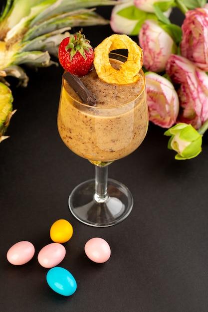 Вид спереди коричневый шоколадный десерт вкусный вкусный сладкий с порошкообразным кофе шоколадный батончик и клубника на темном фоне сладкий освежающий десерт Бесплатные Фотографии