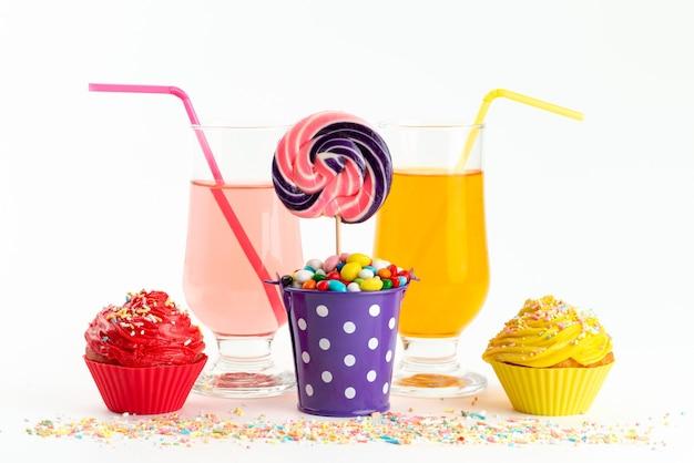 正面のキャンディーとカラフルなケーキ、飲み物は白、キャンディーシュガーの甘い色 無料写真