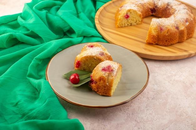 正面の桜のケーキはピンクの机の上で美味しくておいしいスライス 無料写真