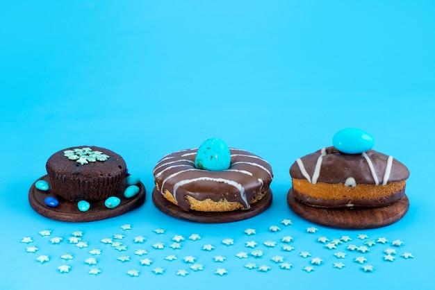 正面から見たチョコレートブラウニーとケーキ、ドーナツ、ブルーのシュガーケーキビスケット色 無料写真