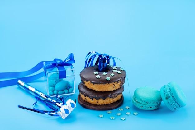 正面のチョコレートドーナツと青、フランスのマカロン、青のキャンディーキャンディケーキビスケット色 無料写真