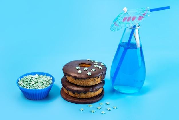 Вид спереди шоколадные пончики с синим, напиток на синем, цвет сахарного торта бисквитный Бесплатные Фотографии