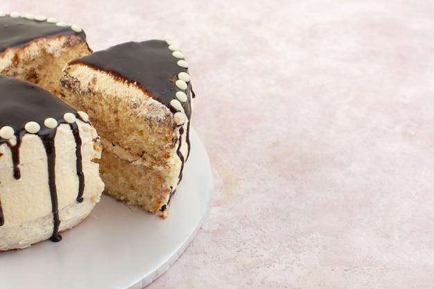 ピンクのデスクシュガー甘いケーキチョコレートのプレートの内側正面チョコレートスライス 無料写真