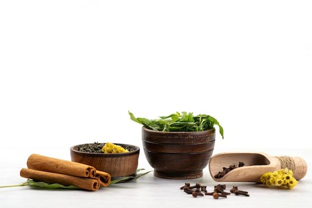 Алогн с корицей и мятой, вид спереди, свежий чай на белом, ингредиенты, цвет специй Бесплатные Фотографии