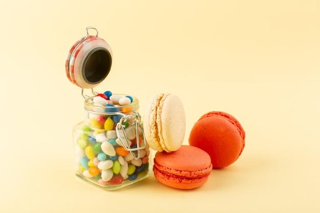 フレンチマカロンと正面のカラフルなキャンディー 無料写真
