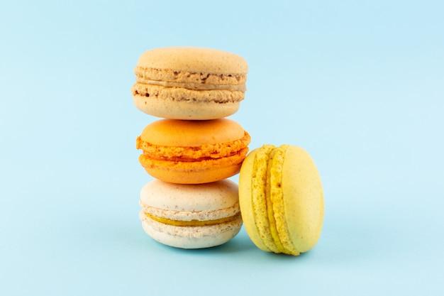 Вид спереди красочные французские макароны вкусные и запеченные Бесплатные Фотографии