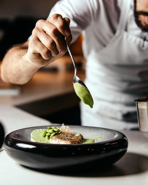 キッチンフードミールフライクック内の食品を準備する正面図クック 無料写真