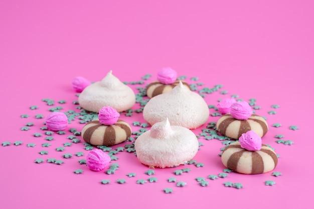 ピンクのクッキーキャンディーシュガースイートで美味しく甘いクッキーとメレンゲの正面図 無料写真