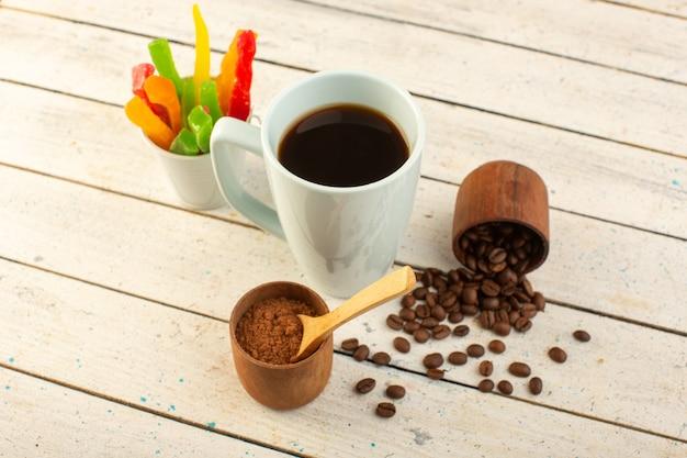新鮮な茶色のコーヒーの種と光の表面にマーマレードを飲む白いカップでコーヒーの正面カップ一杯コーヒーカフェイン 無料写真