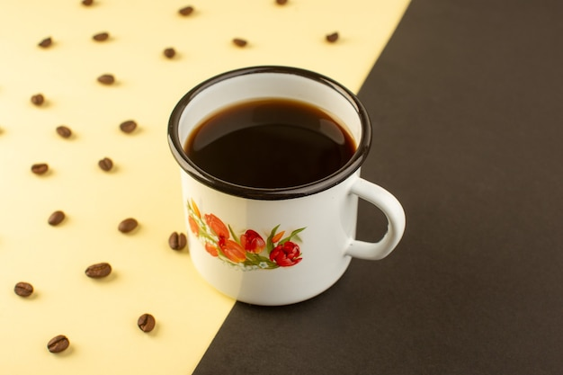 黄色から暗い表面に茶色のコーヒーの種を入れたコーヒーの正面図 無料写真