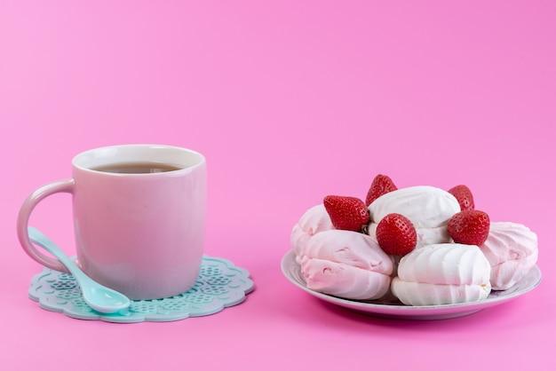 ピンク、紅茶ビスケットケーキのお菓子のプレート内の白、メレンゲ、新鮮なイチゴと一緒にお茶の正面図カップ 無料写真