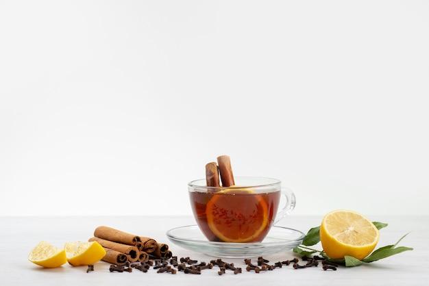 レモンミントとシナモンホワイト、ティーデザートキャンデーのお茶の正面図カップ 無料写真