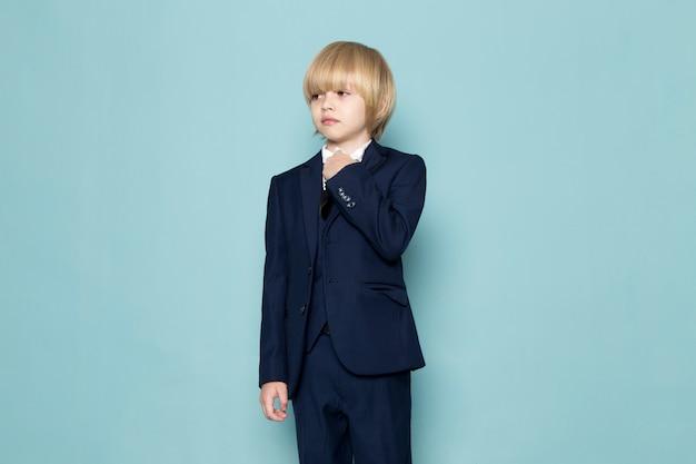 ビジネスの仕事のファッションをポーズブルーのクラシックなスーツで正面かわいいビジネスボーイ 無料写真