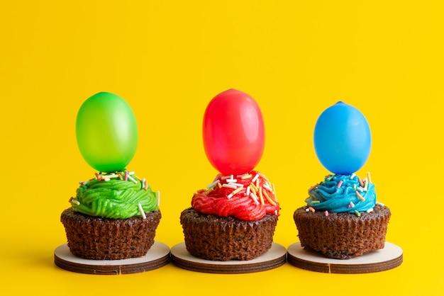 黄色のキャンディケーキビスケット色のキャンディーとボールに基づいて、正面のおいしいブラウニーチョコレート 無料写真