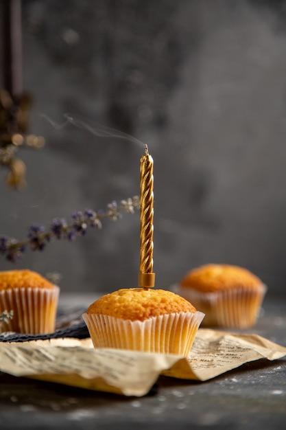 灰色のテーブルクッキーティービスケット甘い砂糖に紫の花と正面のおいしい小さなケーキ 無料写真