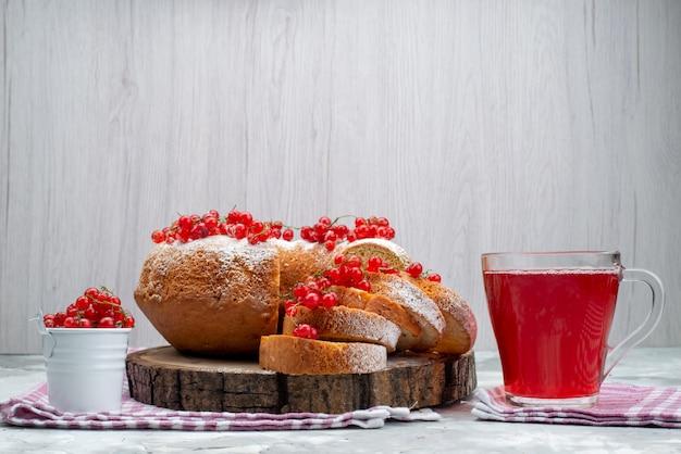 正面の白いデスクケーキビスケットティーベリーに新鮮な赤いクランベリーとクランベリージュースのおいしい丸いケーキ 無料写真