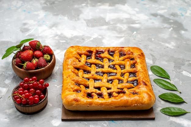 Вид спереди восхитительный клубничный торт с клубничным желе внутри вместе со свежей клубникой и клюквой на сером письменном торте Бесплатные Фотографии