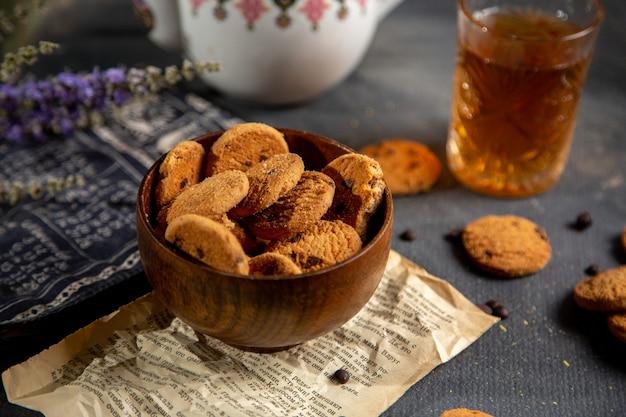 やかんとクッキーグレーの表面のクッキーティービスケット甘いフロントデスク 無料写真