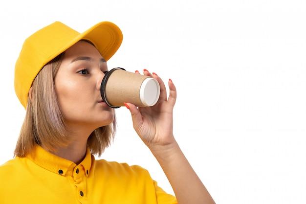 Вид спереди женщина курьер, пить кофе на белом фоне службы доставки Бесплатные Фотографии
