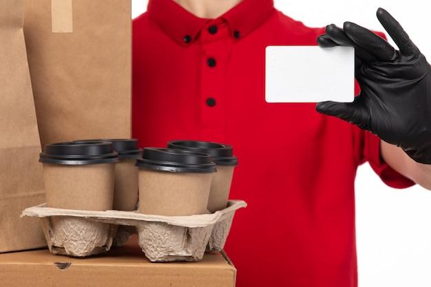 フードパッケージとコーヒーを保持している赤いシャツ黒手袋の正面の女性宅配便 無料写真