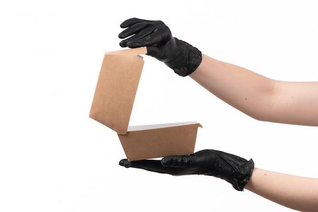 Вид спереди женская рука держит пустой пакет с продуктами на белом Бесплатные Фотографии