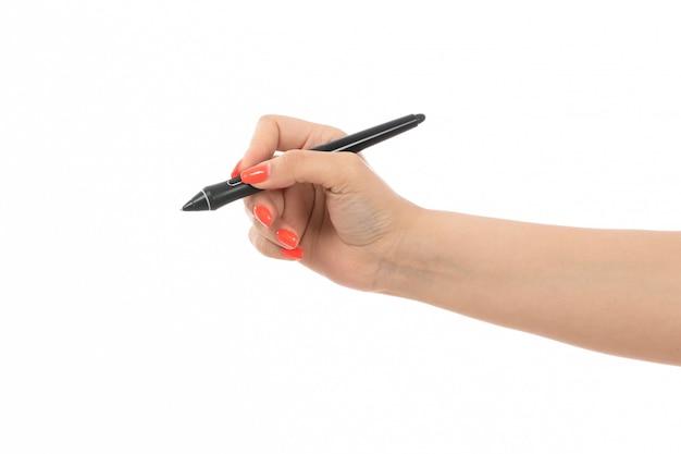 白のペンを保持している色の爪を持つ正面女性手 無料写真