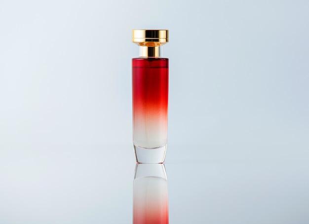 Белый и красный аромат спереди, прозрачный на светлом столе Бесплатные Фотографии
