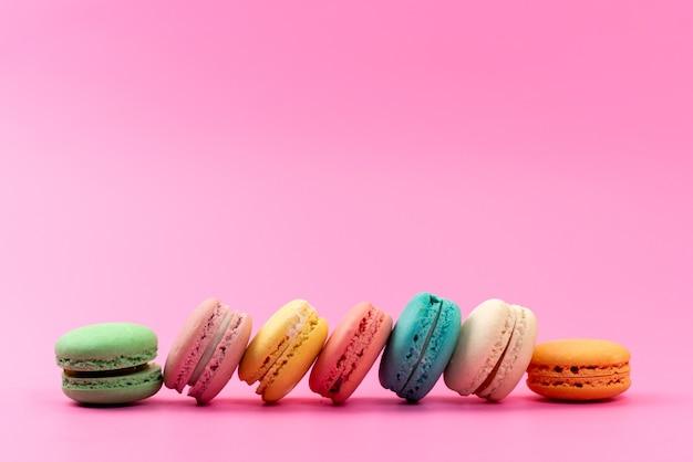 正面のフランスのマカロンラウンドおいしいカラフルなピンク、ケーキビスケット菓子に分離 無料写真