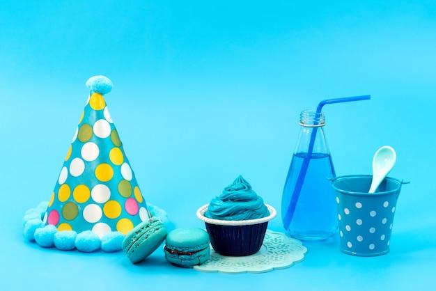 青、デザートドリンク、青、お祝いパーティーの誕生日にバースデーキャップと正面フレンチマカロン 無料写真