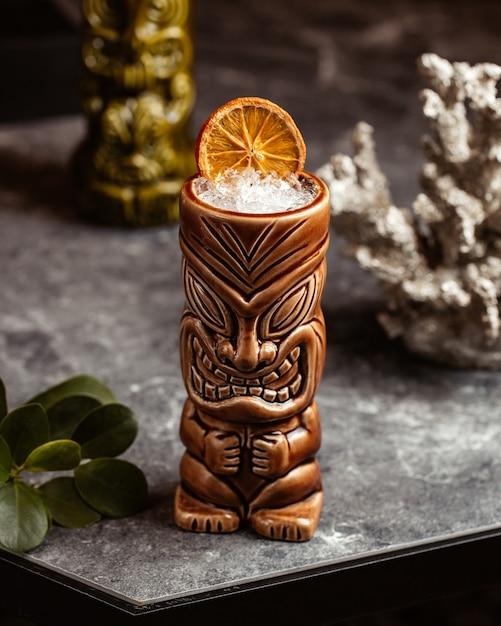 正面の暗い表面ドリンクジュースフルーツのお土産グラスの中冷たくておいしい新鮮なカクテル 無料写真