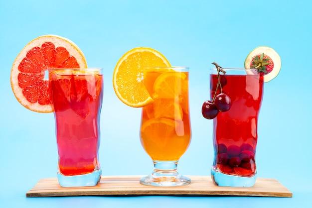 正面図フレッシュフルーツカクテル、フレッシュフルーツスライス、氷冷、ブルー、ドリンクジュースカクテルフルーツカラー 無料写真