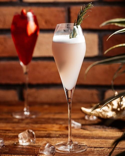 Фруктовые коктейли, вид спереди в очках на коричневом деревянном столе, коктейль, десерт, фрукты Бесплатные Фотографии