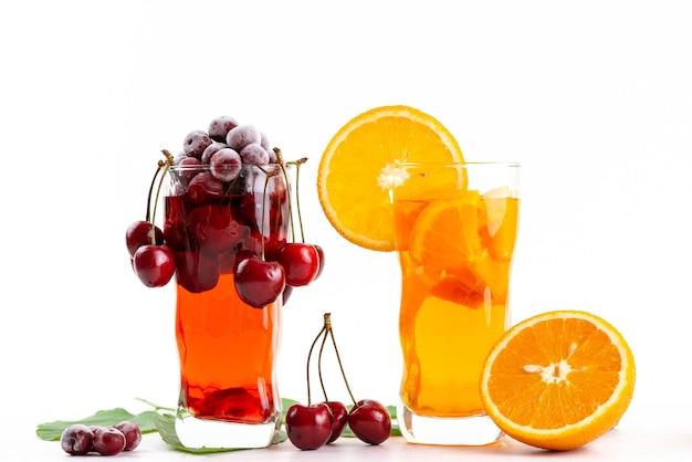 フレッシュチェリーと白のオレンジスライスアイスクーリングの正面図フルーツカクテル、ドリンクジュースカクテルフルーツカラー 無料写真