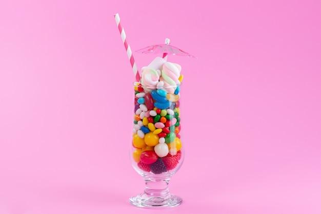 ピンクと甘い色のレインボーにキャンディーとコンフィチュールが入った正面ガラス 無料写真