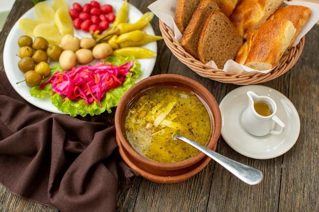 Горячий суп спереди, свежие овощи и ломтики хлеба Бесплатные Фотографии