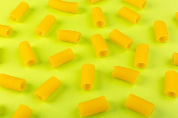 녹색 배경 음식 식사 스파게티 파스타에 원시 원시 고립 된 노란색 파스타 무료 사진