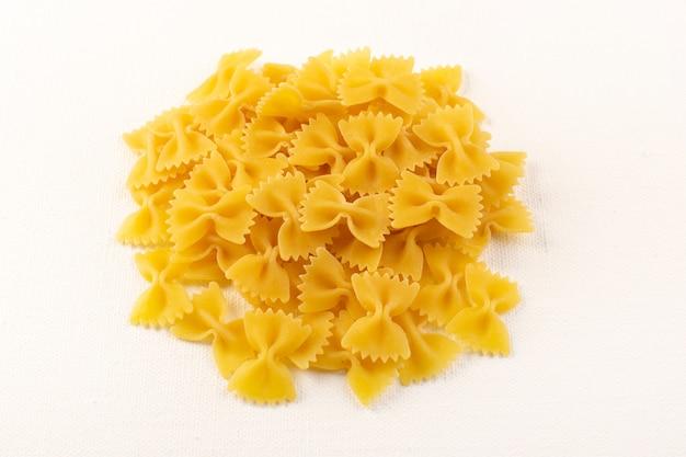 白い背景の上に並ぶ正面イタリアンドライパスタ生黄色パスタコレクションイタリア料理 無料写真