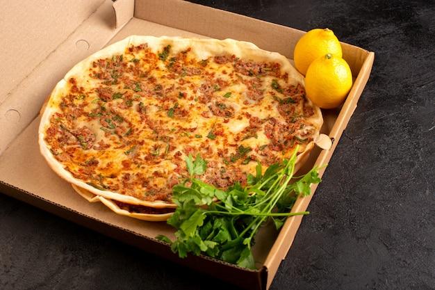 Тесто lahmacun спереди с мясным фаршем, зеленью и лимоном в бумажной коробке, вкусная выпечка Бесплатные Фотографии