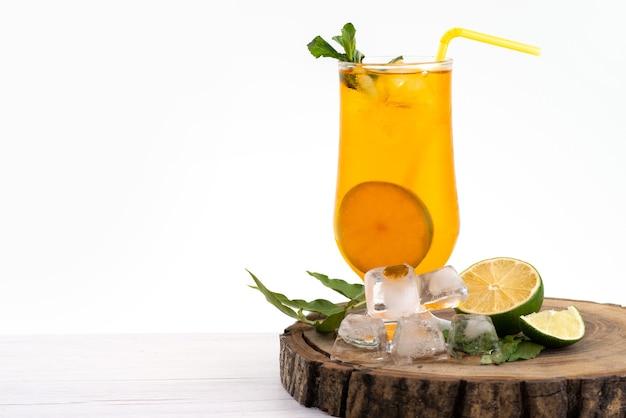 正面から見たレモンカクテルアイスキューブとレモンオノホワイト、ドリンクジュースフルーツ 無料写真