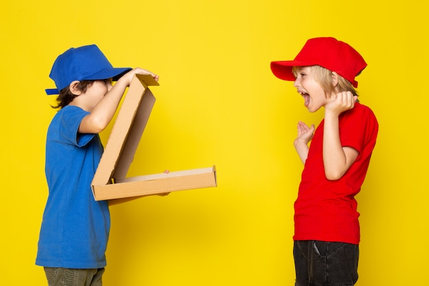 赤と青のtシャツ赤と青のキャップジーンズの正面図小さなかわいい宅配便 無料写真