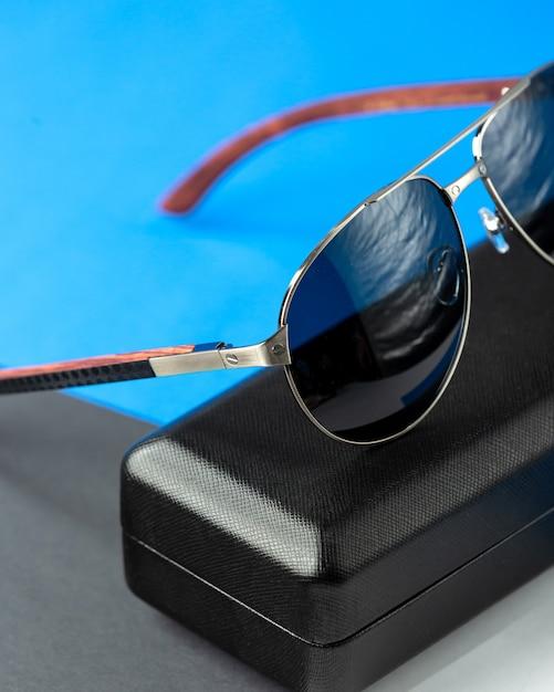 ダークブルーの正面のモダンなダークサングラス 無料写真