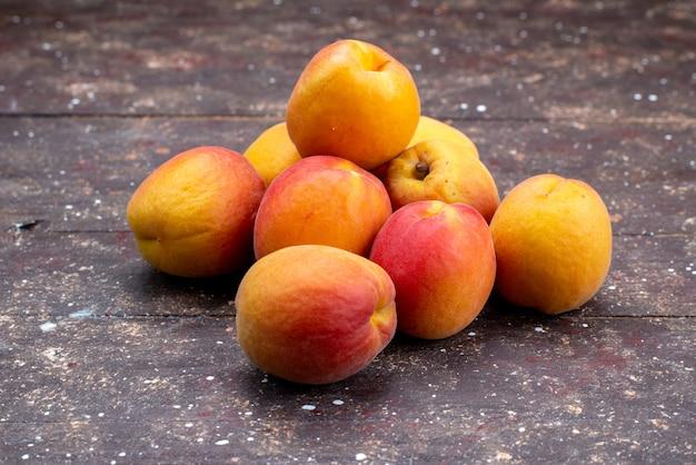 Спелые и сочные персики на деревянном столе, фруктовая летняя мякоть Бесплатные Фотографии
