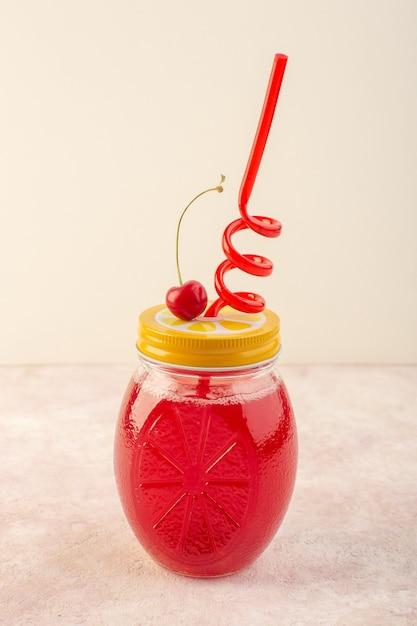 Красный вишневый коктейль с соломкой на розовом столе, вид спереди, свежий фруктовый напиток Бесплатные Фотографии