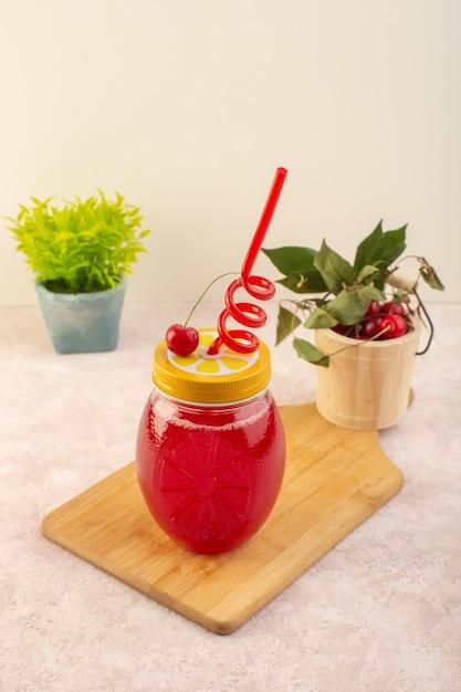 ピンクのデスクドリンクジュース色フルーツのストローと正面図レッドチェリーカクテル 無料写真