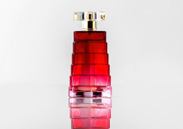 Бутылка красного света, вид спереди, на белом столе Бесплатные Фотографии